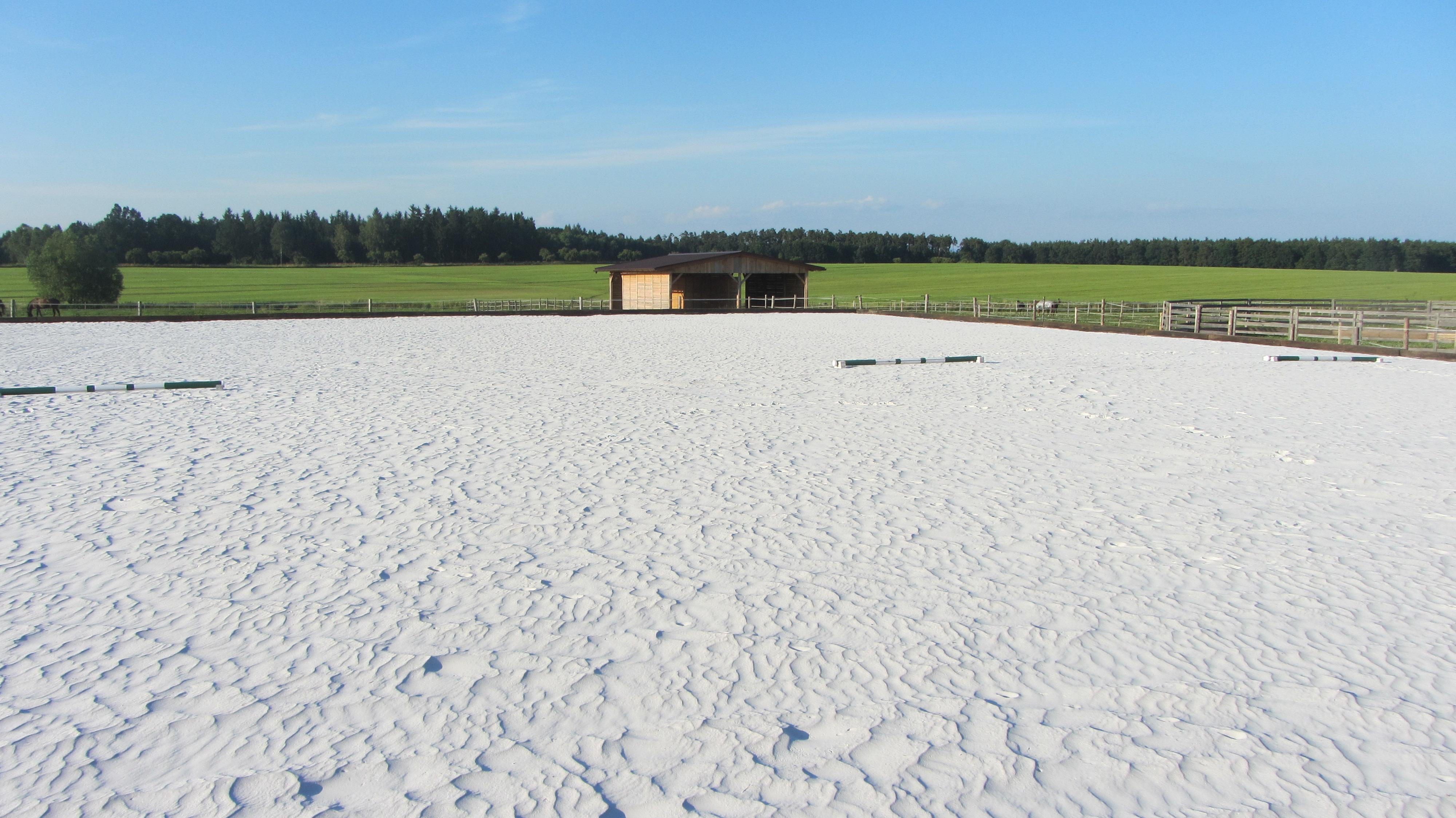 jízdárna - povrch bílý písek