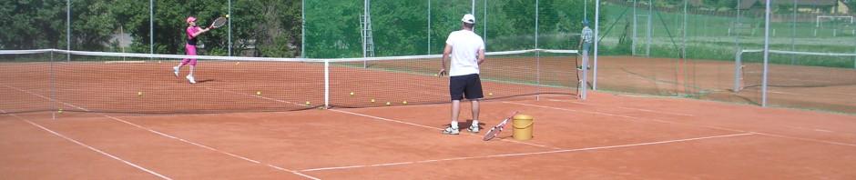 tenisový antukový kurt