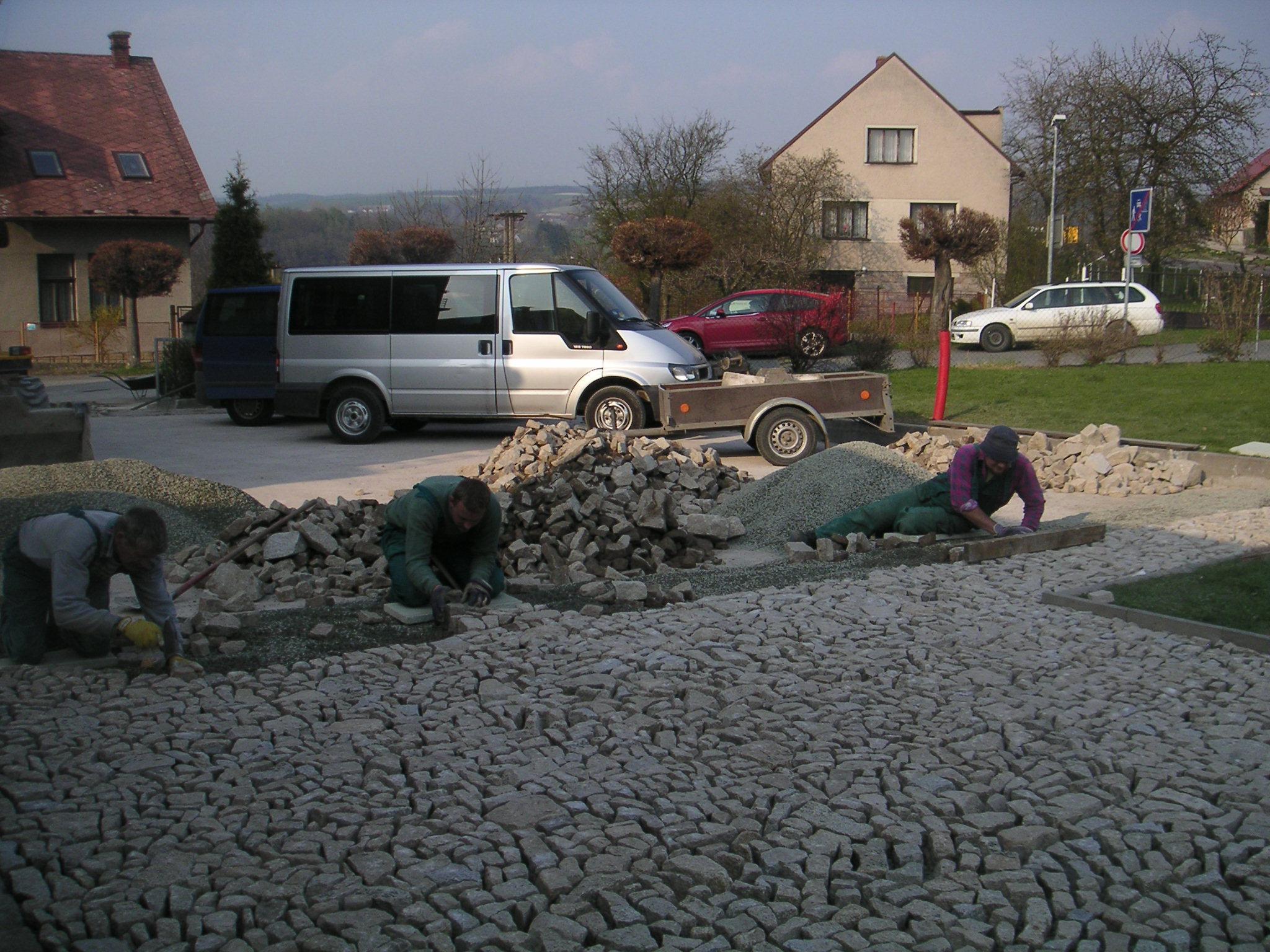 zlomková dlažba -parkoviště